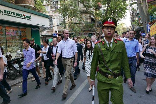 Hoàng tử Anh William dạo phố cổ Hà Nội, uống cà phê vỉa hè - Ảnh 1