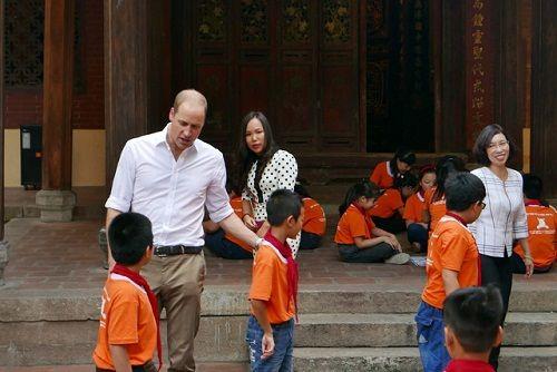 Hoàng tử Anh William dạo phố cổ Hà Nội, uống cà phê vỉa hè - Ảnh 3