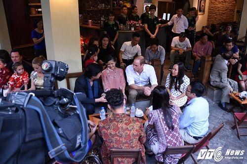 Hoàng tử Anh William dạo phố cổ Hà Nội, uống cà phê vỉa hè - Ảnh 5