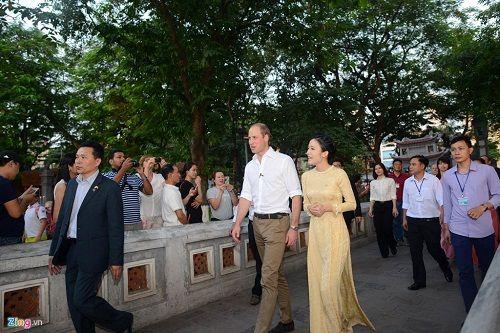 Hoàng tử Anh William dạo phố cổ Hà Nội, uống cà phê vỉa hè - Ảnh 7