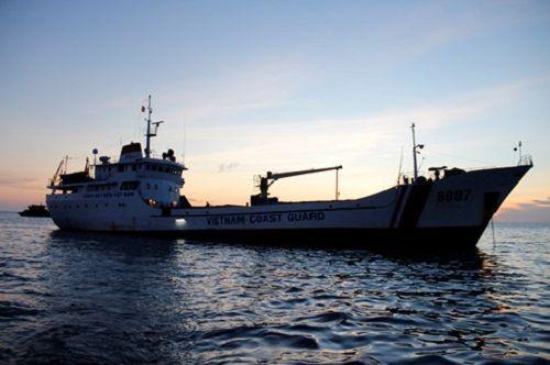 Cứu thành công 11 ngư dân Bình Định cùng tàu cá gặp nạn trên biển - Ảnh 1