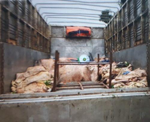 """Bắt giữ hơn 3 tấn mỡ và da bò bốc mùi """"đi"""" trên xe tải  - Ảnh 1"""