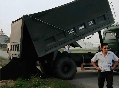Phạt hơn 150 triệu đồng với 2 xe tải chở than vượt 600% trọng tải - Ảnh 2