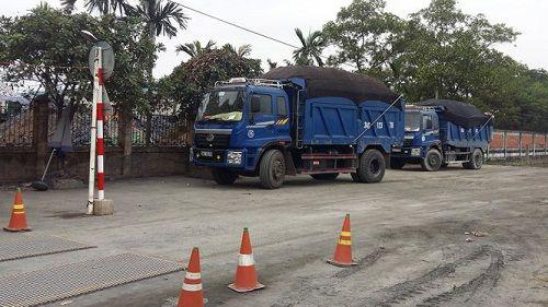Phạt hơn 150 triệu đồng với 2 xe tải chở than vượt 600% trọng tải - Ảnh 1