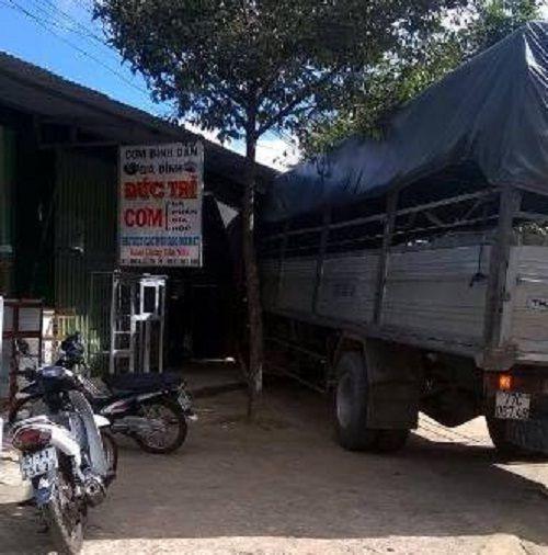 Xe tải không người lái đâm sập quán cơm, nhiều người hoảng loạn - Ảnh 1