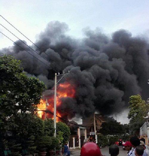 Cháy lớn tại cơ sở sản xuất nệm mút, 2 người tử vong - Ảnh 1