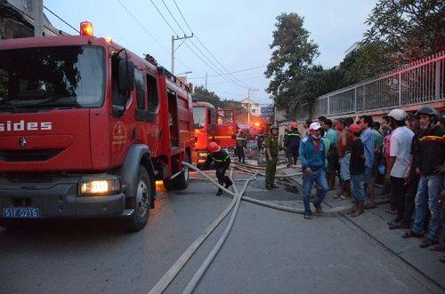Cháy lớn tại cơ sở sản xuất nệm mút, 2 người tử vong - Ảnh 2