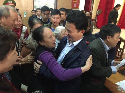 Chủ tịch tỉnh Hà Tĩnh làm nức lòng hàng trăm bà con tiểu thương  - Ảnh 2
