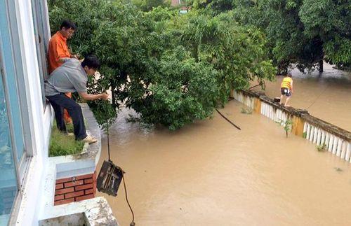 Phó chủ tịch huyện bị trôi xuống sông khi đi cứu hộ xe khách kẹt lũ - Ảnh 2