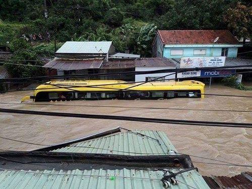 Phó chủ tịch huyện bị trôi xuống sông khi đi cứu hộ xe khách kẹt lũ - Ảnh 1