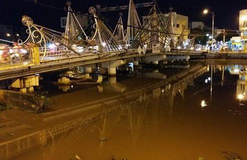 Bơm nước vào khoang để qua cầu, sà lan chìm nghỉm dưới sông - Ảnh 1