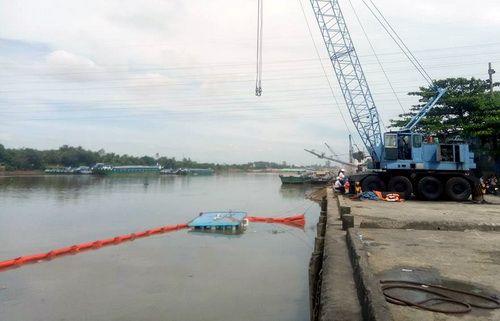 Sà lan chở sắt bị chìm, nhiều người rơi xuống sông Đồng Nai - Ảnh 1