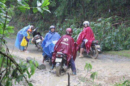 Quảng Nam: Sạt lở đất chia cắt nhiều tuyến đường sau lũ dữ - Ảnh 2