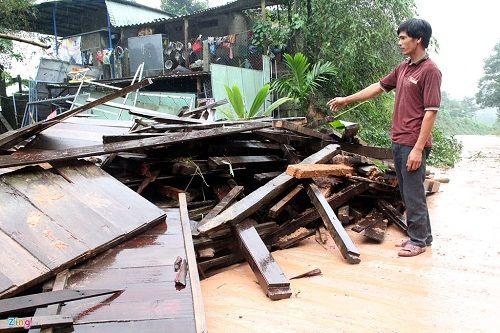 Quảng Nam: Sạt lở đất chia cắt nhiều tuyến đường sau lũ dữ - Ảnh 3