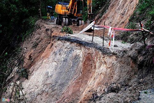 Quảng Nam: Sạt lở đất chia cắt nhiều tuyến đường sau lũ dữ - Ảnh 1