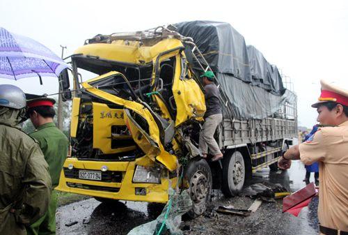 Tránh đàn vịt qua đường, một tài xế xe tải tử vong trong cabin - Ảnh 1