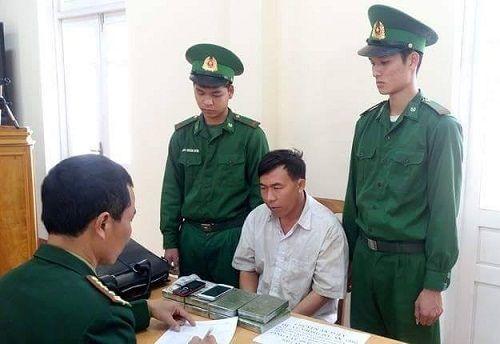 """Bắt đối tượng người Lào vượt biên vào Việt Nam """"cõng"""" theo 8 bánh heroin - Ảnh 1"""