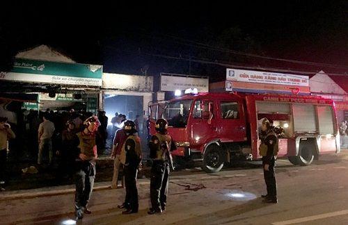 Cháy cửa hàng sửa chữa xe máy gần cây xăng, người dân hoảng loạn tháo chạy - Ảnh 2