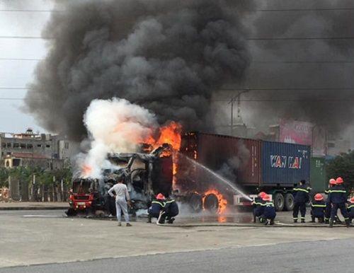 Xe container đang lưu thông bỗng nhiên bốc cháy ngùn ngụt - Ảnh 1