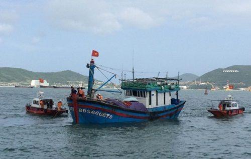 Cứu thành công 12 ngư dân gặp nạn trên vùng biển Khánh Hòa - Ảnh 1