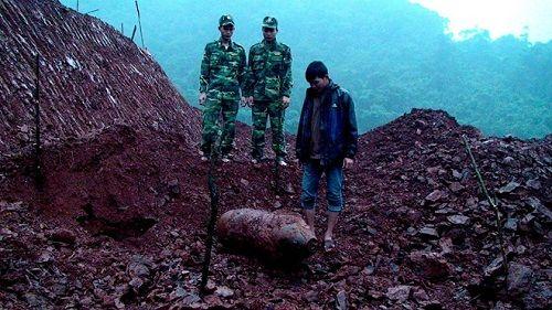 San lấp mặt bằng, công nhân phát hiện bom nặng hơn 350kg - Ảnh 1