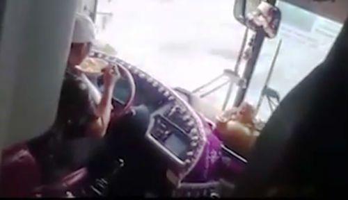 Đình chỉ công tác đối với tài xế xe khách buông vô lăng để ăn mì - Ảnh 1
