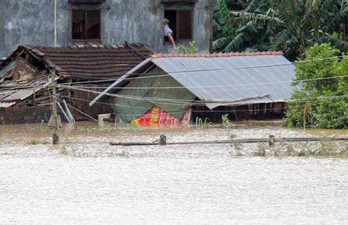 Hàng nghìn người dân ở Quảng Ngãi phải sơ tán khẩn cấp do lũ dâng cao - Ảnh 2