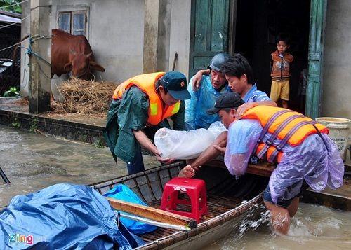 Hàng nghìn người dân ở Quảng Ngãi phải sơ tán khẩn cấp do lũ dâng cao - Ảnh 1