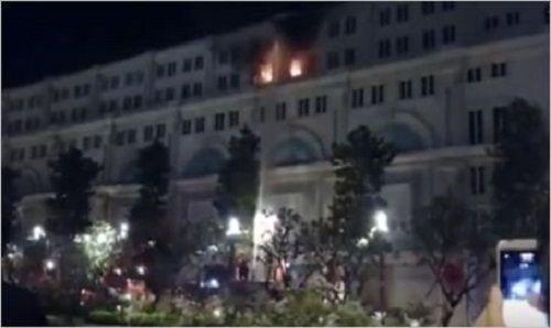 Cháy tại nhà 7 tầng trên phố đi bộ Nguyễn Huệ lúc rạng sáng - Ảnh 1