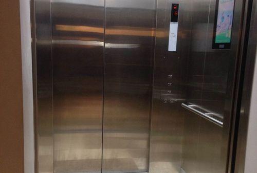 Người đàn ông tử vong khi cố thoát khỏi thang máy ở cao ốc - Ảnh 1