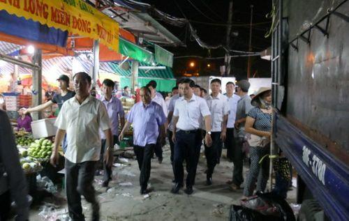 Thủ tướng bất ngờ đến chợ Long Biên lúc tờ mờ sáng  - Ảnh 1