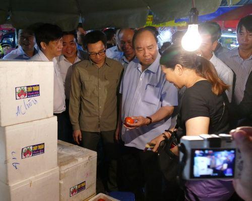 Thủ tướng bất ngờ đến chợ Long Biên lúc tờ mờ sáng  - Ảnh 2