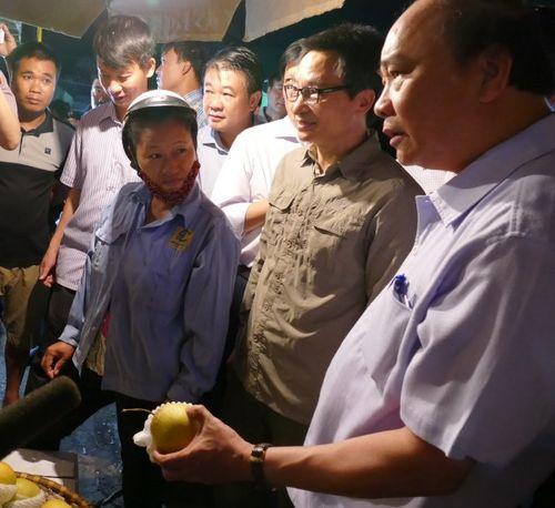 Thủ tướng bất ngờ đến chợ Long Biên lúc tờ mờ sáng  - Ảnh 3