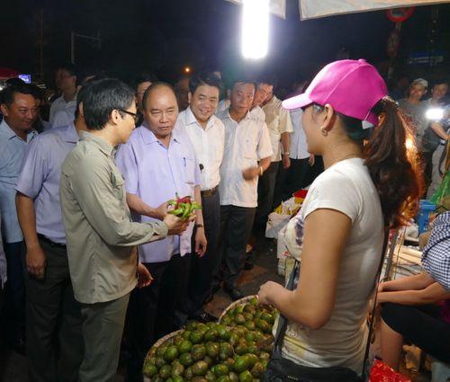 Thủ tướng bất ngờ đến chợ Long Biên lúc tờ mờ sáng  - Ảnh 4