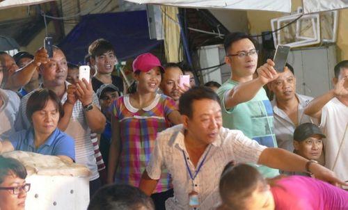 Thủ tướng bất ngờ đến chợ Long Biên lúc tờ mờ sáng  - Ảnh 6