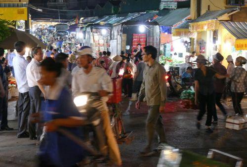 Thủ tướng bất ngờ đến chợ Long Biên lúc tờ mờ sáng  - Ảnh 9
