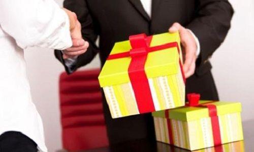 Hà Nội yêu cầu báo cáo việc tặng quà, nhận quà Tết không đúng quy định - Ảnh 1