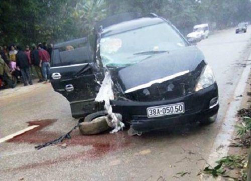 Ô tô nổ lốp, cô dâu bị thương nặng - Ảnh 1
