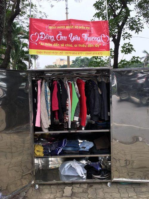 """Ấm lòng quầy hàng quần áo ở TP Vinh: """"Ai thừa đến sẻ chia, ai thiếu đến lấy"""" - Ảnh 1"""
