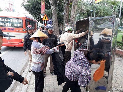 """Ấm lòng quầy hàng quần áo ở TP Vinh: """"Ai thừa đến sẻ chia, ai thiếu đến lấy"""" - Ảnh 3"""
