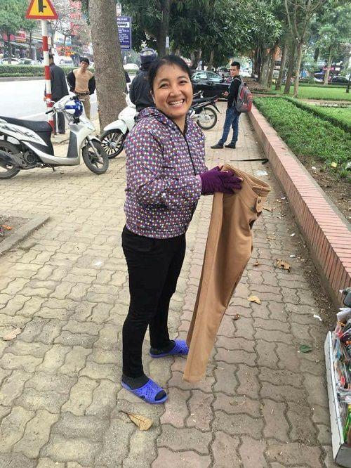 """Ấm lòng quầy hàng quần áo ở TP Vinh: """"Ai thừa đến sẻ chia, ai thiếu đến lấy"""" - Ảnh 4"""