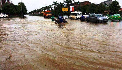 Mưa lớn tại Nghệ An: Nhiều tuyến đường tê liệt, khu trọ lênh láng nước - Ảnh 1