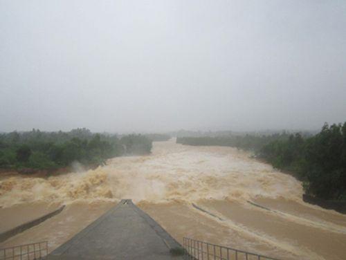 Xả tràn hồ thủy lợi lớn nhất Nghệ An trong ngày mưa lũ - Ảnh 2