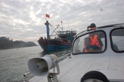 Lai dắt tàu gặp nạn cùng 18 thuyền viên vào bờ an toàn - Ảnh 2