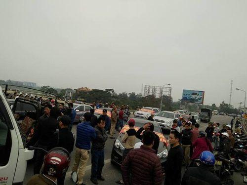 Dân đỗ ô tô, chặn cầu Bến Thủy 1 đòi giảm phí - Ảnh 1