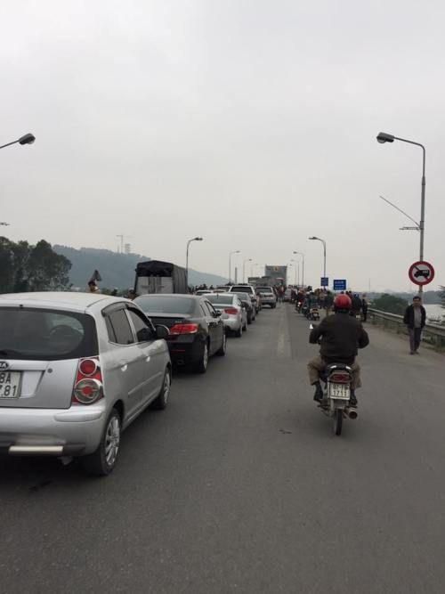 Dân đỗ ô tô, chặn cầu Bến Thủy 1 đòi giảm phí - Ảnh 2