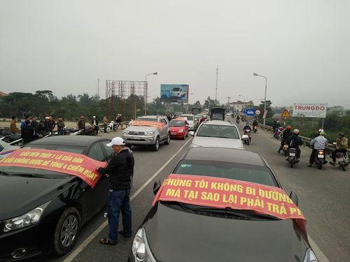 Dân tiếp tục chặn xe ở cầu Bến Thủy để đòi giảm phí - Ảnh 2