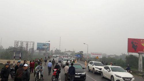 Dân tiếp tục chặn xe ở cầu Bến Thủy để đòi giảm phí - Ảnh 1