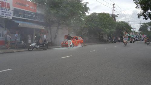 Đang đậu bên đường, xe taxi bất ngờ bốc cháy - Ảnh 2