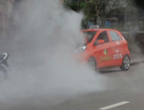 Đang đậu bên đường, xe taxi bất ngờ bốc cháy - Ảnh 1